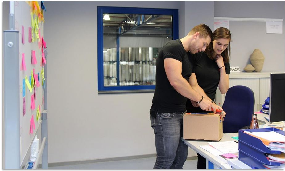 Verpakkingsexpert Raf geeft Sarah snel advies tijdens haar stage bij Rajapack.